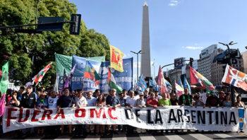 Multitudinaria marcha contra la OMC